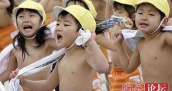 Xem cách người Nhật huấn luyện trẻ chịu lạnh có gì đặc biệt?